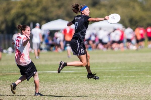 Lo takes advantage of huge spaces on O vs the Capitals at the 2014 Club Championships. Photo by Ultiphotos.